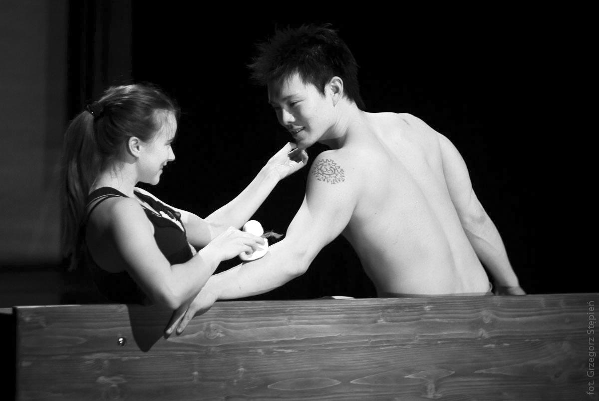 """Budowanie zestrojonych ze sobą ciał. Studio Matejka i proces """"stawania się aktorem"""""""